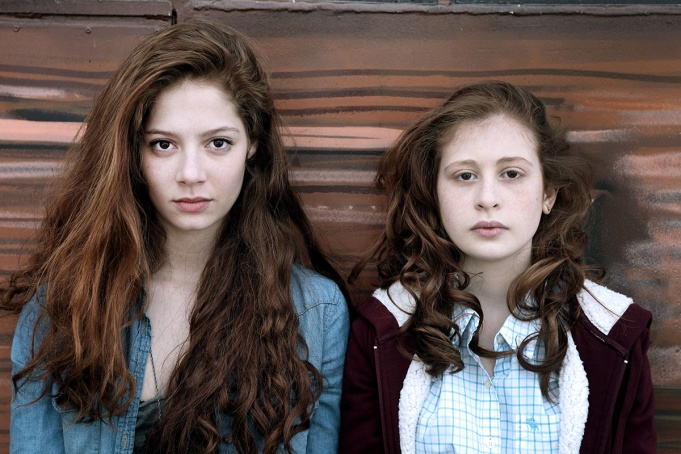 Jenna Thiam (Lena) and Yara Pilartz (Camille)